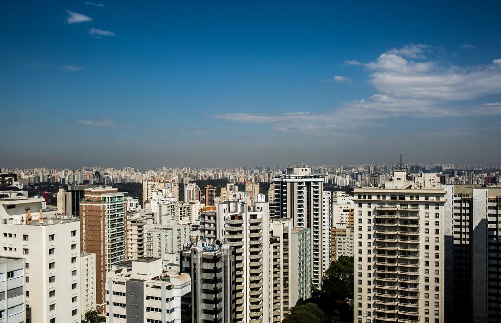 Vista área da cidade de São Paulo; por dia, ônibus do transporte municipal lançam 3,9 toneladas de dióxido de carbono na atmosfera. Foto: Kelson Fernandes/Fotos Públicas (12/08/2014)
